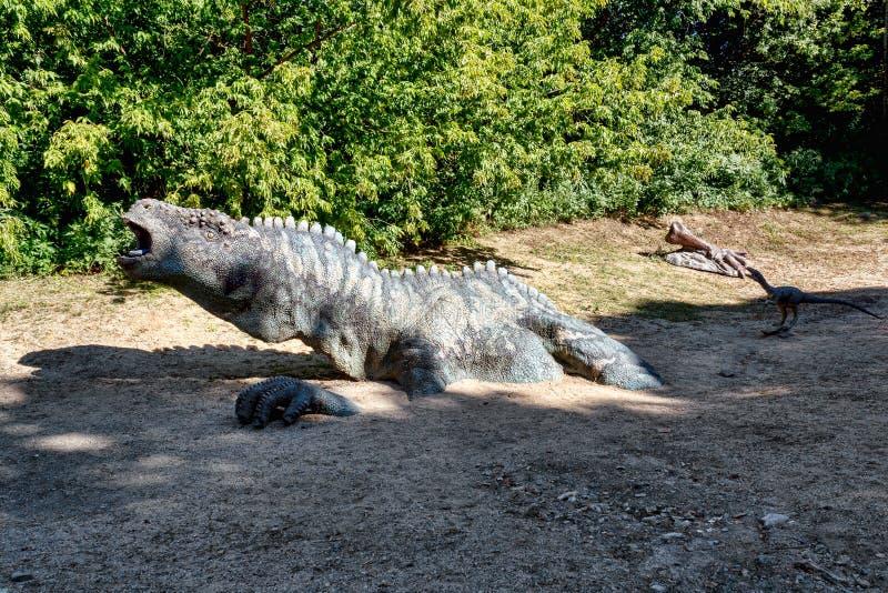 Προϊστορικός δεινόσαυρος στο περιβάλλον φύσης στοκ εικόνες
