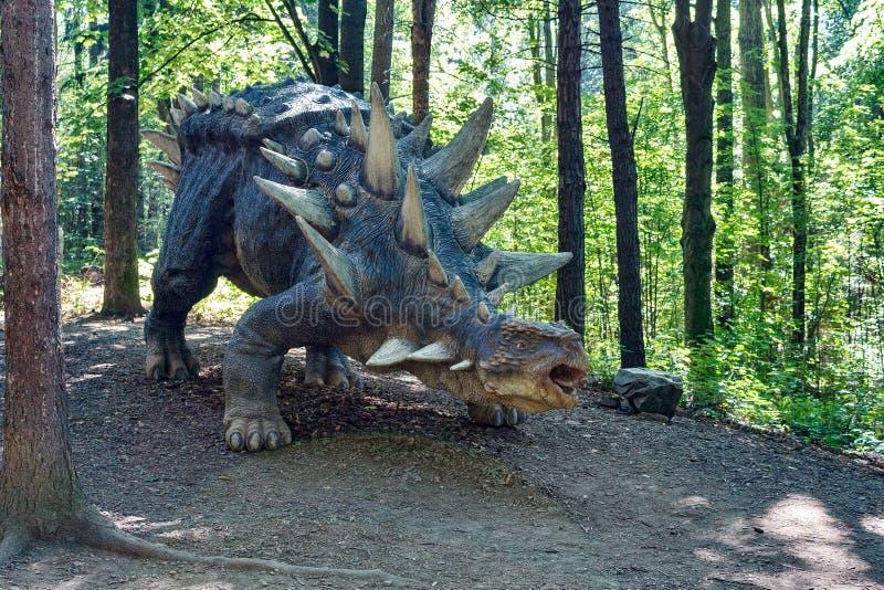 Προϊστορικός δεινόσαυρος όπως το stegosaurus στη φύση στοκ φωτογραφία