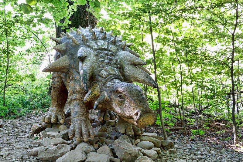 Προϊστορικός δεινόσαυρος Edmontonia στο περιβάλλον φύσης στοκ εικόνες
