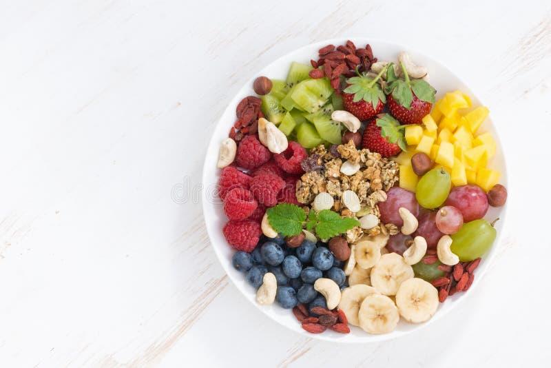 Προϊόντα για ένα υγιές πρόγευμα - μούρα, φρούτα και δημητριακά στοκ φωτογραφίες