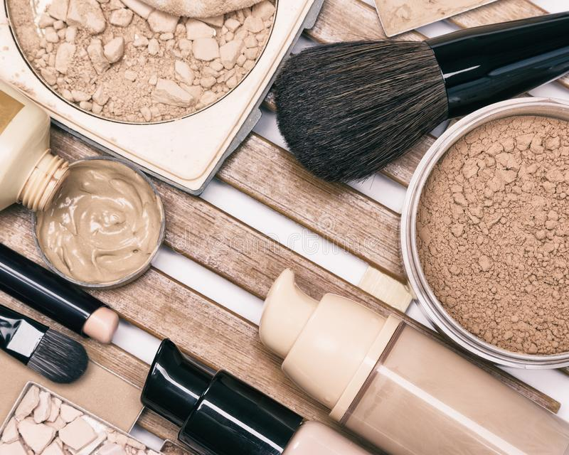 Προϊόντα ιδρύματος makeup με τις επαγγελματικές βούρτσες στοκ φωτογραφία