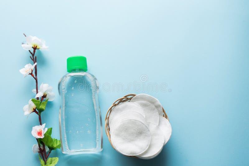 Προϊόντα λουτρών skincare τονωτικό προσώπου, μαξιλάρια βαμβακιού, τοπ άποψη λουλουδιών background candle flowers spa πετσέτα κίτρ στοκ εικόνες με δικαίωμα ελεύθερης χρήσης