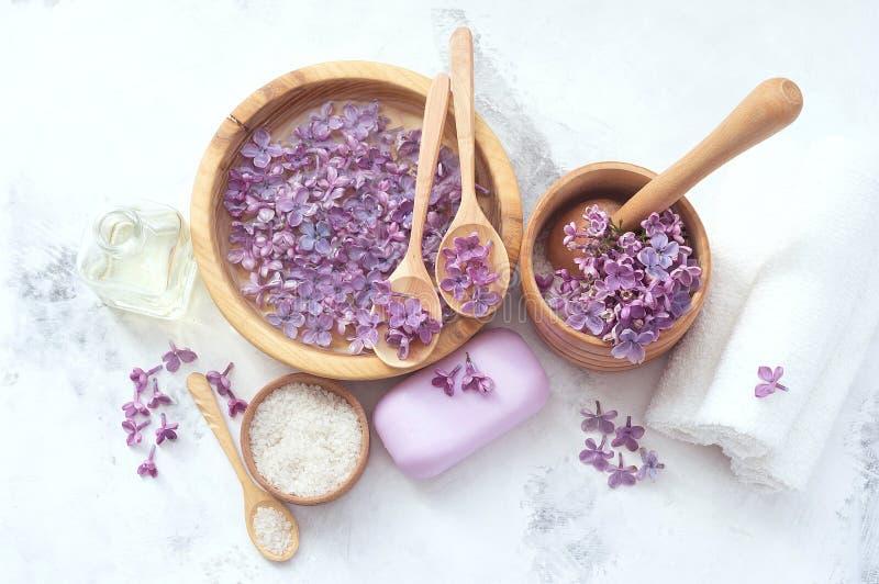 Προϊόντα μασάζ και SPA με τα ιώδη λουλούδια στοκ φωτογραφίες