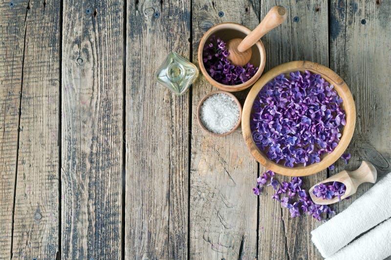 Προϊόντα μασάζ και SPA με τα ιώδη λουλούδια στοκ εικόνες