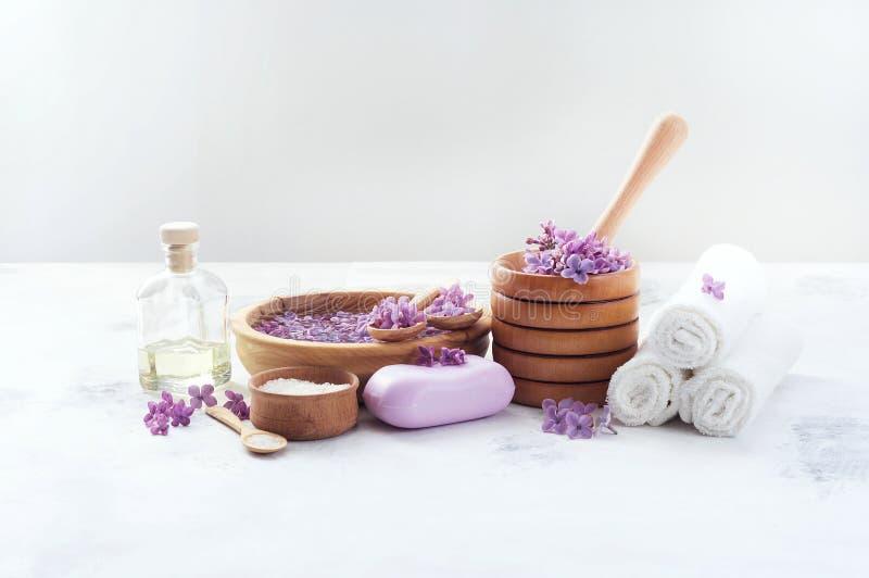 Προϊόντα μασάζ και SPA με τα ιώδη λουλούδια στοκ φωτογραφίες με δικαίωμα ελεύθερης χρήσης