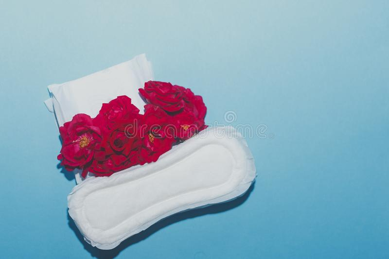 Προϊόντα υγιεινής θηλυκού στο μπλε υπόβαθρο Έννοια των κρίσιμων ημερών, εμμηνορροϊκός κύκλος, ημέρες περιόδου, PMS στοκ φωτογραφίες