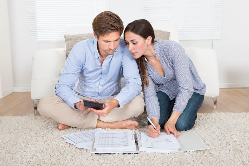 Προϋπολογισμός υπολογισμού ζεύγους στο σπίτι στοκ φωτογραφία με δικαίωμα ελεύθερης χρήσης