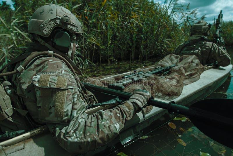 Προδιαγραφή ops στο στρατιωτικό καγιάκ στοκ εικόνα