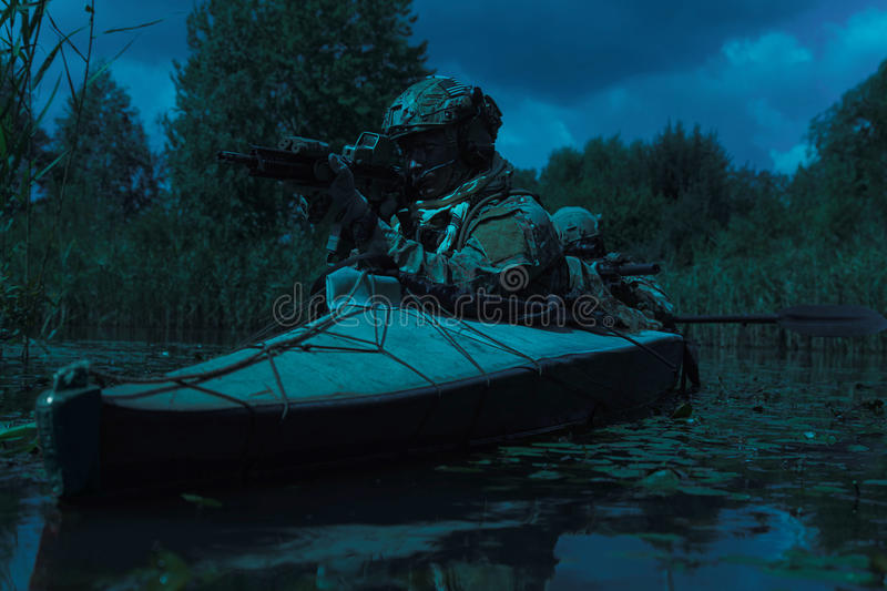 Προδιαγραφή ops στο στρατιωτικό καγιάκ στοκ φωτογραφία