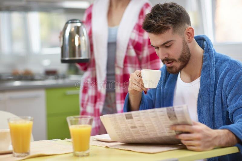 Πρωί με τον καφέ και την εφημερίδα στοκ εικόνες με δικαίωμα ελεύθερης χρήσης