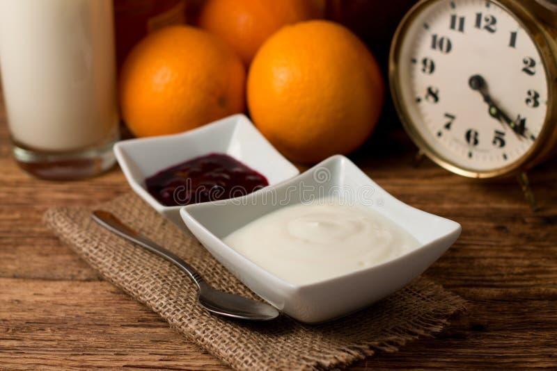 Πρωί με το άσπρα γιαούρτι και τα φρούτα στοκ φωτογραφίες