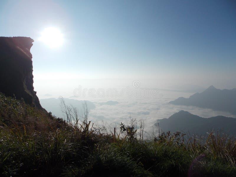 Πρωί στην κορυφή του βουνού, που ανέρχεται στον ουρανό στοκ εικόνες με δικαίωμα ελεύθερης χρήσης