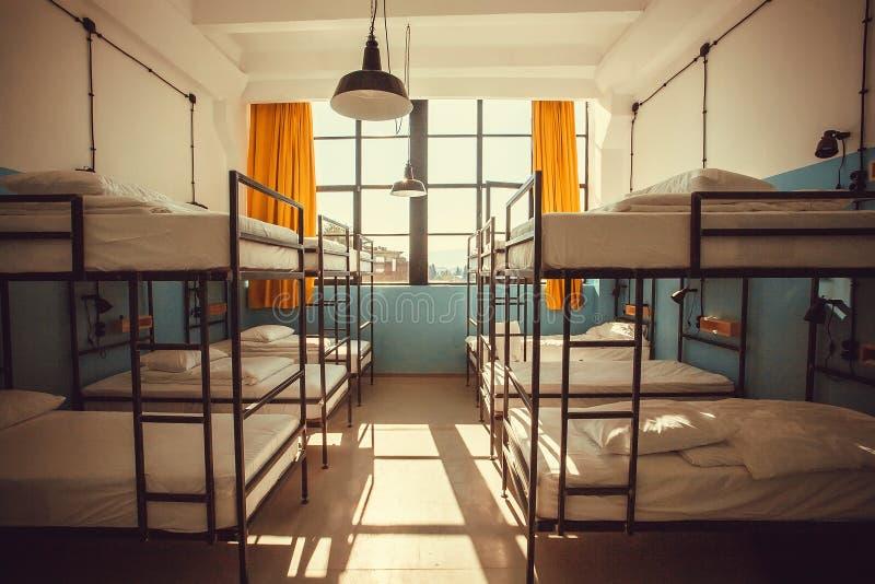 Πρωί στο τεράστιο δωμάτιο του κενού ξενώνα με τα κρεβάτια για τους σπουδαστές και τους νέους τουρίστες στοκ εικόνες με δικαίωμα ελεύθερης χρήσης