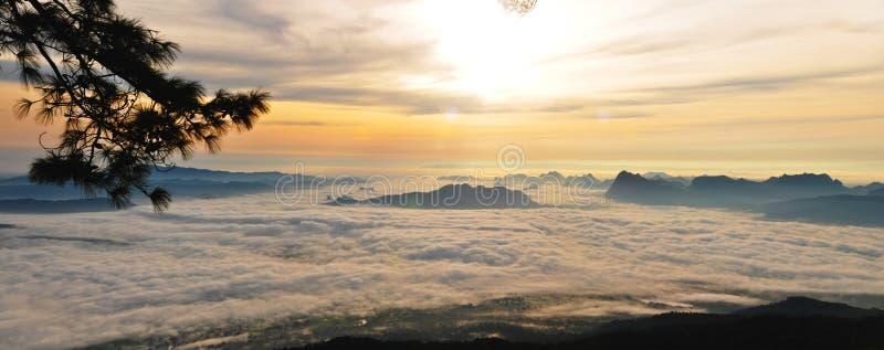 Πρωί της Misty πέρα από τα βουνά στοκ εικόνες