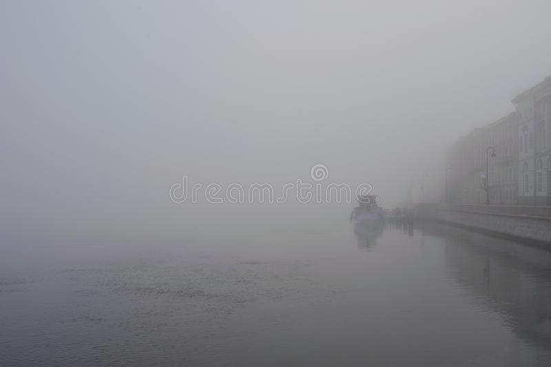 Πρωί της Misty στον ποταμό Neva Ρωσία Αγία Πετρούπολη στοκ εικόνες