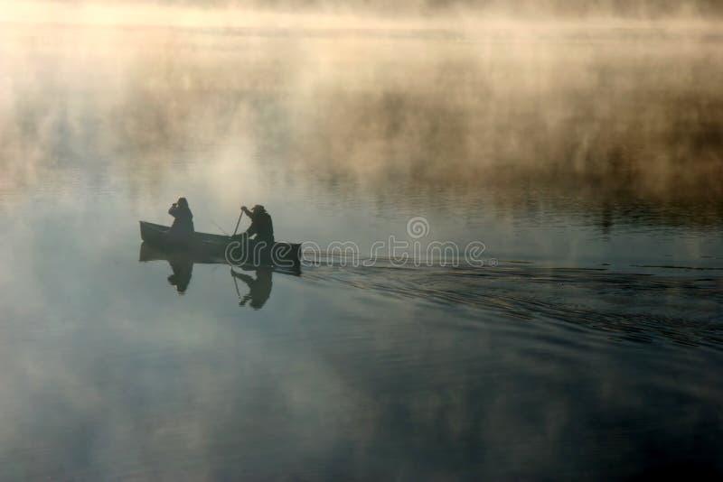 πρωί υδρονέφωσης κανό στοκ φωτογραφίες με δικαίωμα ελεύθερης χρήσης