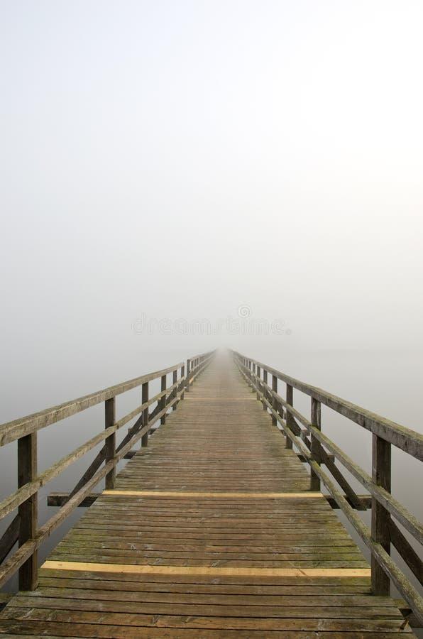 πρωί υδρονέφωσης λιμνών γεφυρών ξύλινο στοκ εικόνες