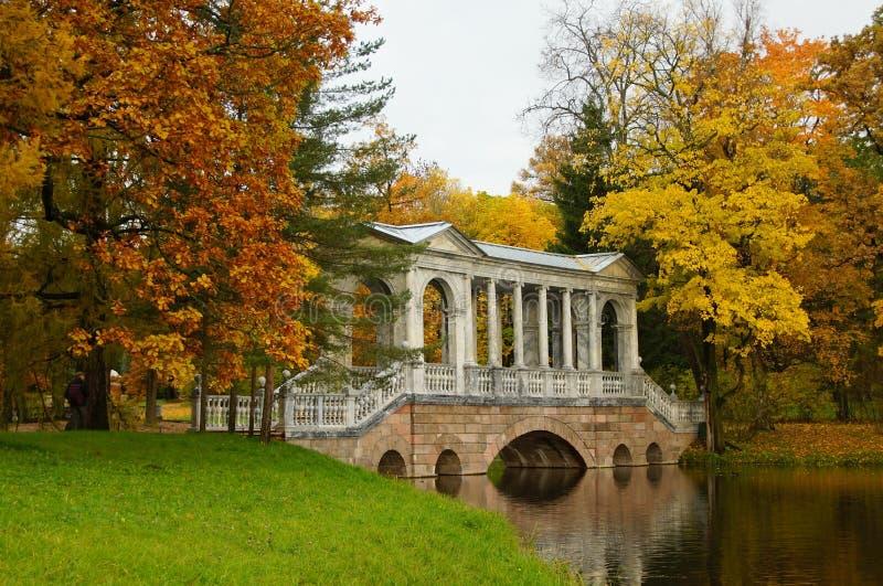Πρωί φθινοπώρου και η σιβηρική γέφυρα στοκ φωτογραφία