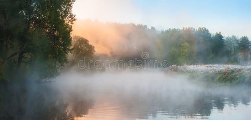 Πρωί φθινοπώρου Σκηνή πτώσης στοκ φωτογραφίες