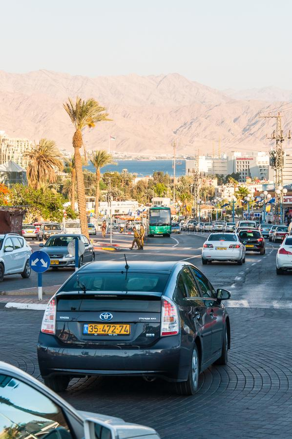 Πρωινή οδική κυκλοφορία στη στο κέντρο της πόλης οδό στο νότιο θέρετρο Eilat στο Ισραήλ στοκ φωτογραφία με δικαίωμα ελεύθερης χρήσης