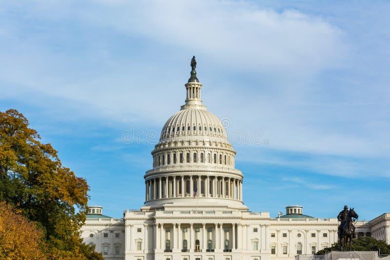 Πρωινό τοπίο ΗΠΑ Capitol που χτίζει τη χλόη το μπλε S του Washington DC στοκ εικόνα με δικαίωμα ελεύθερης χρήσης