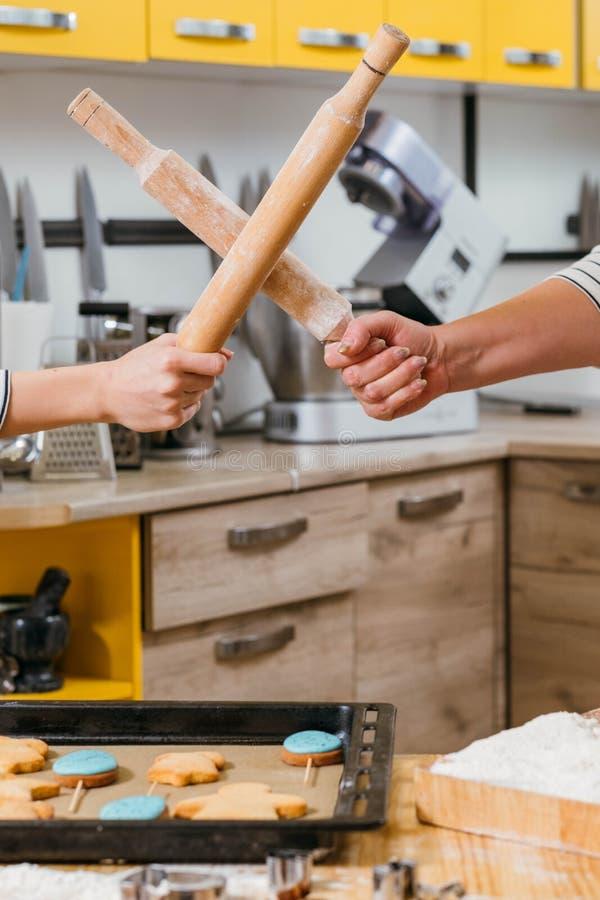 Πρωταθλήματα αρχιμαγείρων που κυλούν την κουζίνα πάλης καρφιτσών στοκ φωτογραφία