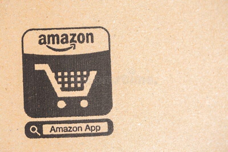 Πρωταρχική συσκευασία δεμάτων του Αμαζονίου κινηματογράφηση σε πρώτο πλάνο στο εικονίδιο ηλεκτρονικού εμπορίου Ο Αμαζόνιος, είναι στοκ εικόνα με δικαίωμα ελεύθερης χρήσης