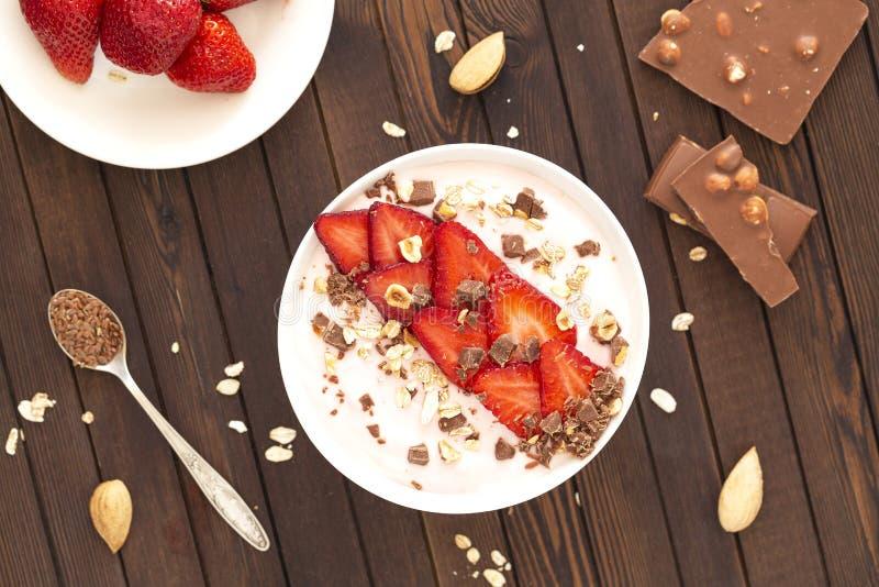 Πρωτεϊνικό κύπελλο καταφερτζήδων με τη σοκολάτα, τη φράουλα, τα καρύδια και το σπόρο λιναριού r στοκ φωτογραφίες με δικαίωμα ελεύθερης χρήσης