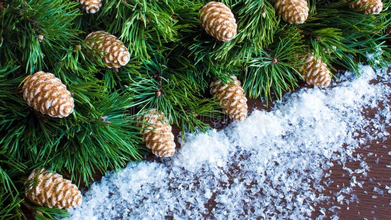 2020 Πρωτοχρονιά και χριστουγεννιάτικο δέντρο με κώνους και χιόνι Χριστουγεννιάτικο στεφάνι Πρωτοχρονιάτικοι εορτασμοί στοκ φωτογραφία με δικαίωμα ελεύθερης χρήσης