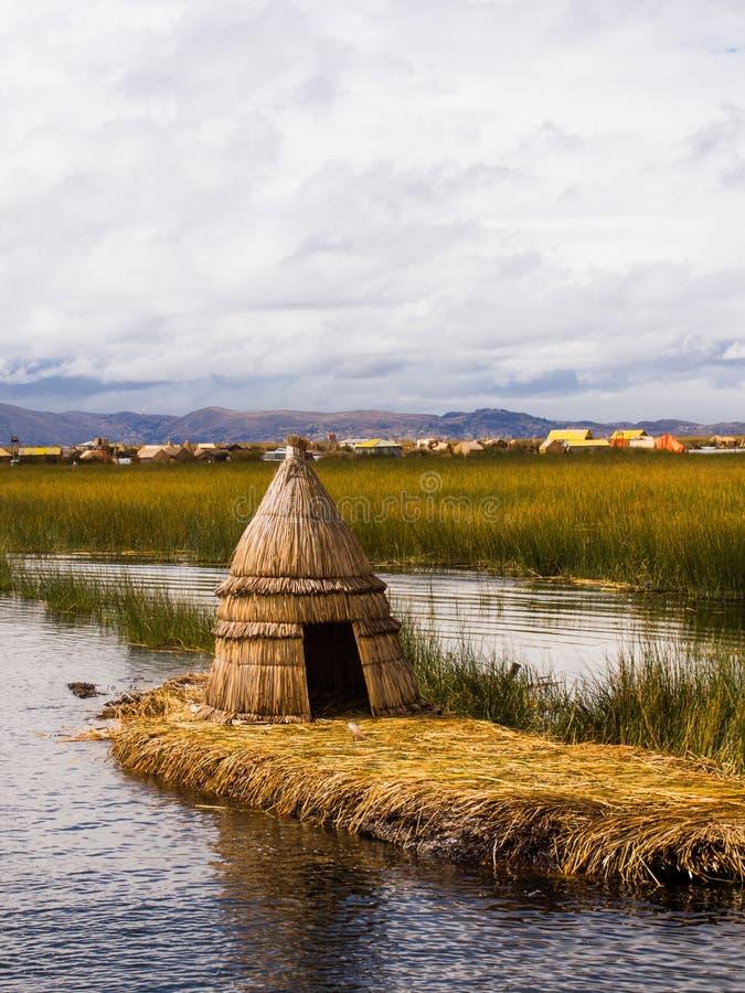 Πρωτόγονη καλύβα καλάμων στα νησιά καλάμων του Περού στοκ φωτογραφία με δικαίωμα ελεύθερης χρήσης