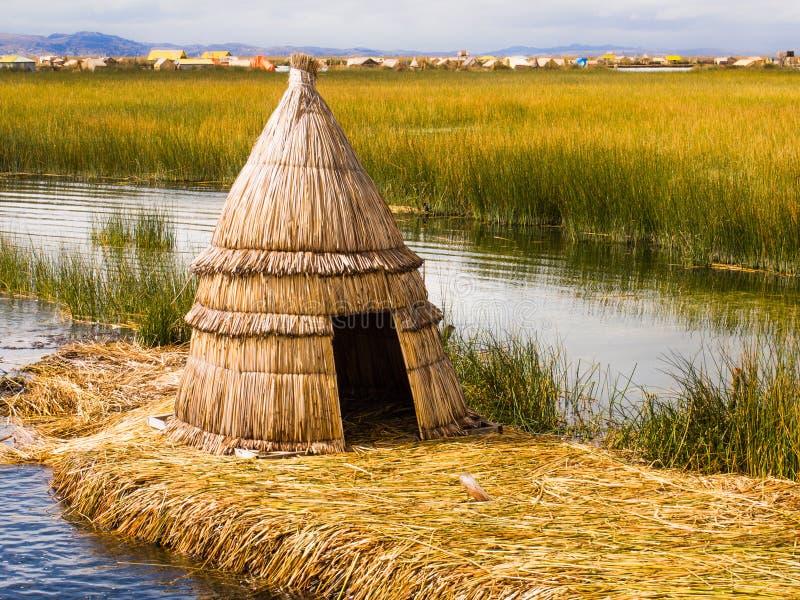 Πρωτόγονη καλύβα καλάμων στα νησιά καλάμων του Περού στοκ εικόνες