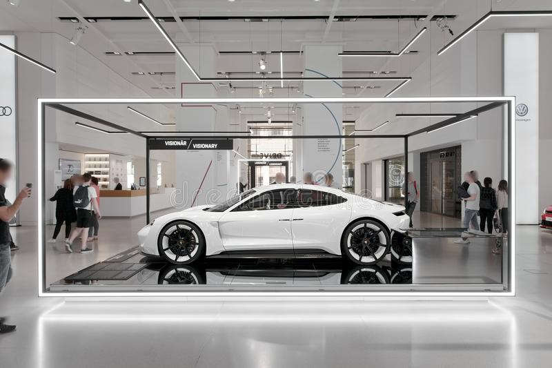 Πρωτότυπο αυτοκινήτων έννοιας αποστολής Ε της Porsche στο λευκό - ηλεκτρική μελέτη έννοιας αυτοκινήτων στοκ εικόνα με δικαίωμα ελεύθερης χρήσης