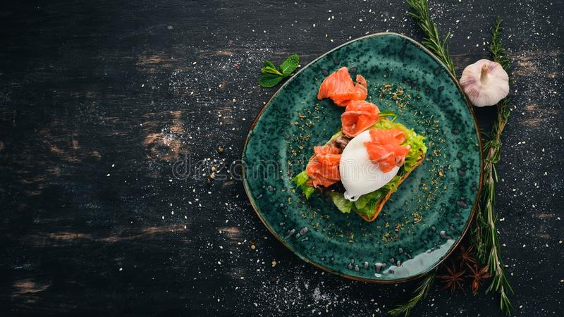 Πρωϊνό Αυγό πουράκι, σολομός σε μαρούλι σε ψωμί τοστ στοκ φωτογραφία