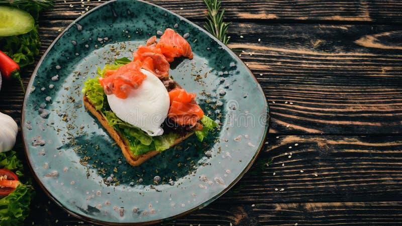 Πρωϊνό Αυγό πουράκι, σολομός σε μαρούλι σε ψωμί τοστ στοκ φωτογραφίες