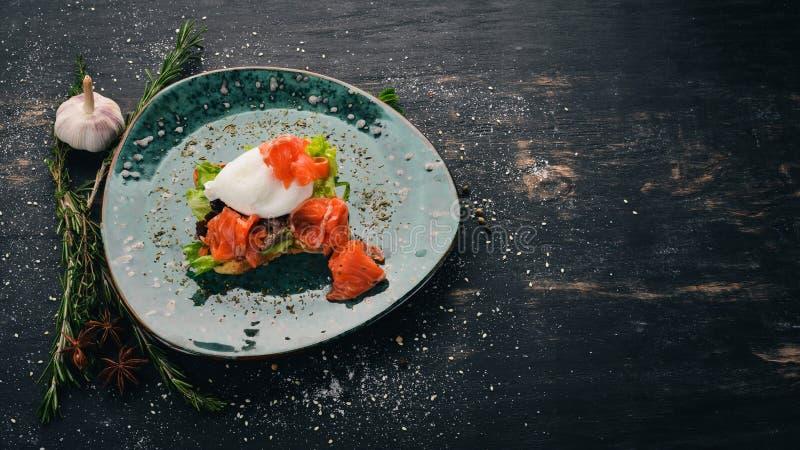 Πρωϊνό Αυγό πουράκι, σολομός σε μαρούλι σε ψωμί τοστ στοκ φωτογραφία με δικαίωμα ελεύθερης χρήσης