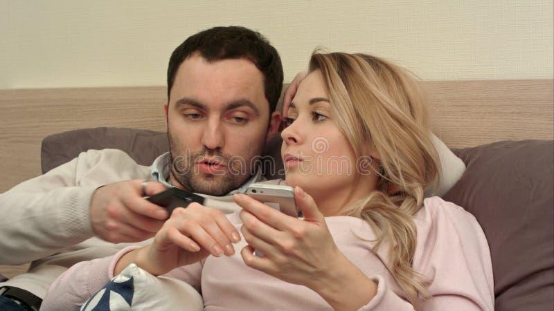 Πρόβλημα σχέσεων ζεύγους, συνεδρίαση σύγκρουσης στο κρεβάτι λόγω του ζηλότυπου στοκ φωτογραφία