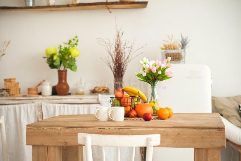 Πρόγευμα έννοιας που γίνεται από τα φρούτα και τον καφέ ή το τσάι Πορτοκάλια, μπανάνες, φλυτζάνια, ροδάκινα σε έναν της υφής μεγά στοκ εικόνες