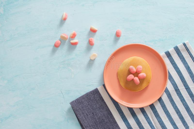 Πρόγευμα ή επιδόρπιο παιδιών ` s - τηγανίτα με marshmallow το candi στοκ φωτογραφία με δικαίωμα ελεύθερης χρήσης