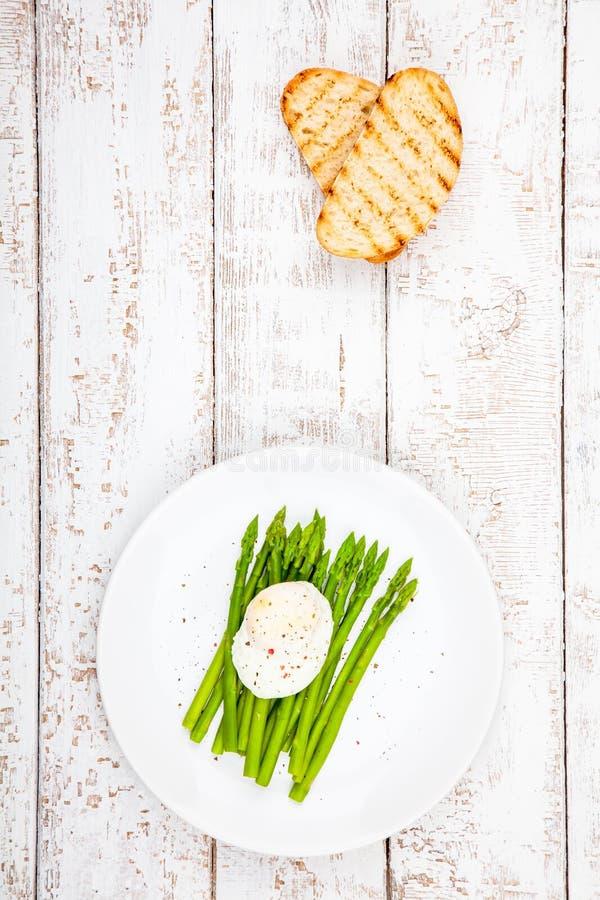 Πρόγευμα: λαθραίο αυγό με το σπαράγγι και το ψημένο ciabatta στοκ εικόνες