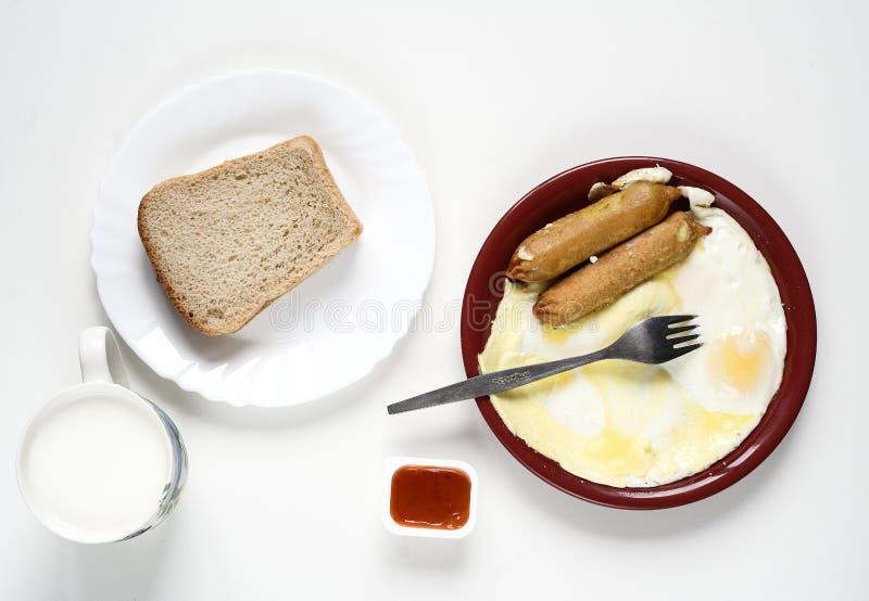 Πρόγευμα: αυγά, σάλτσα, γάλα και ψωμί στοκ φωτογραφίες με δικαίωμα ελεύθερης χρήσης