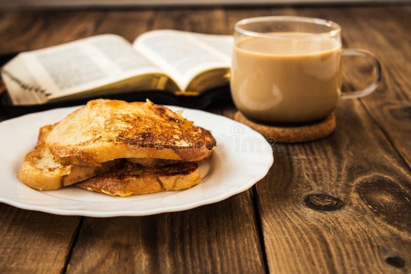 Πρόγευμα Βίβλων και καφέ με τη φρυγανιά στοκ εικόνα με δικαίωμα ελεύθερης χρήσης