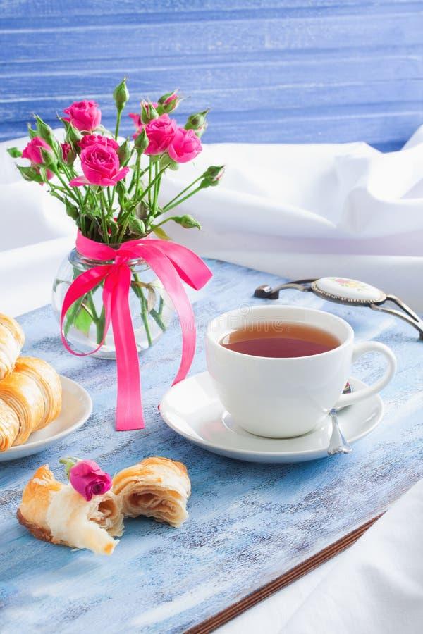 Πρόγευμα βαλεντίνων ` s πρωινού στον μπλε ξύλινο δίσκο στοκ εικόνα