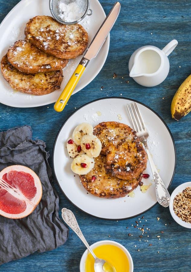 Πρόγευμα - γαλλική φρυγανιά κανέλας καραμέλας με μια μπανάνα Ένα ξηρό πρόγευμα σε ένα κουτάλι στοκ φωτογραφίες