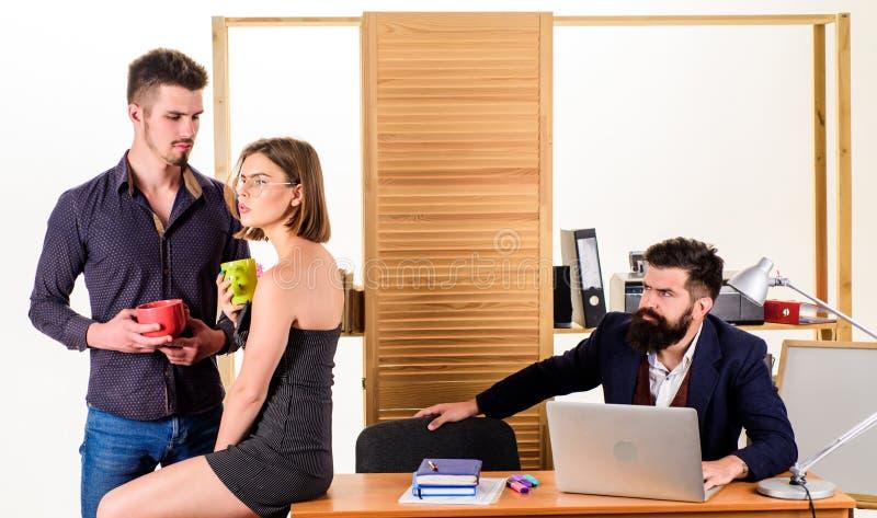 Πρόγευμα για να αρχίσει την ημέρα Δύο συνάδελφοι που πίνουν το τσάι ή τον καφέ για τους νέους διευθυντές προγευμάτων που μιλούν κ στοκ εικόνα
