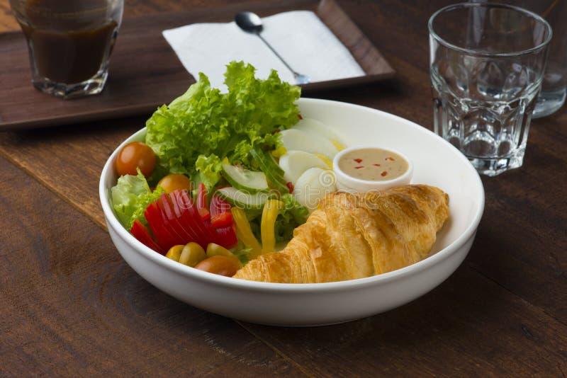 Πρόγευμα και υπόβαθρο Croissant στοκ φωτογραφίες με δικαίωμα ελεύθερης χρήσης