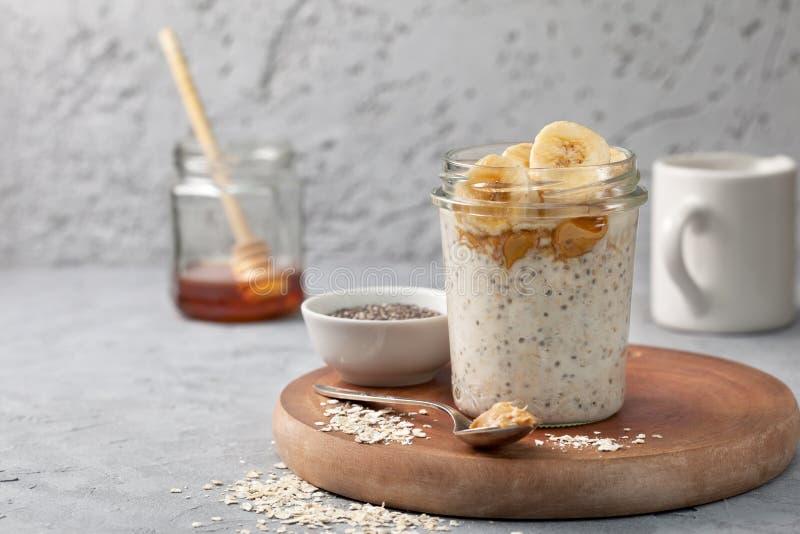 Πρόγευμα με ολονύκτιο oatmeal στοκ φωτογραφίες