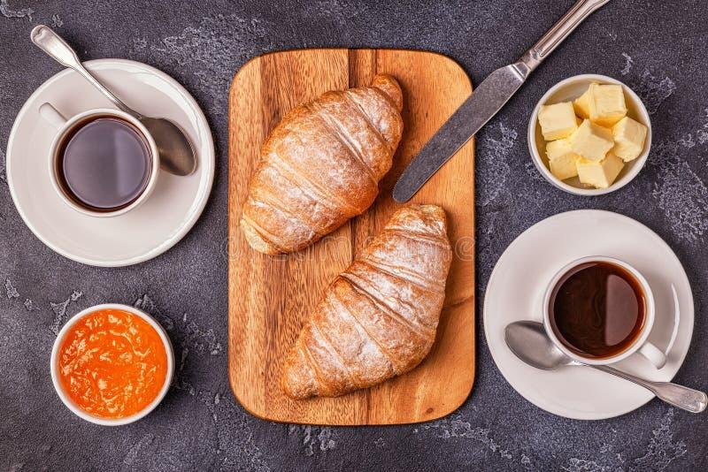 Πρόγευμα με τα φρέσκα croissants, το χυμό από πορτοκάλι και τον καφέ στοκ εικόνες