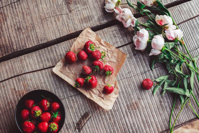 Πρόγευμα με τις φράουλες και τα λουλούδια στον αγροτικό πίνακα Υγιές πρόγευμα, καθαρή κατανάλωση, vegan έννοια τροφίμων στοκ φωτογραφία με δικαίωμα ελεύθερης χρήσης