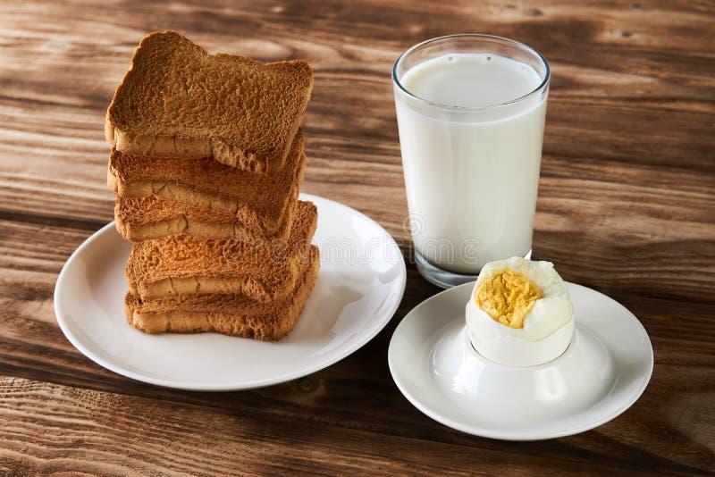 Πρόγευμα με το αυγό, τις φρυγανιές και το ποτήρι του φρέσκου γάλακτος στοκ εικόνες με δικαίωμα ελεύθερης χρήσης