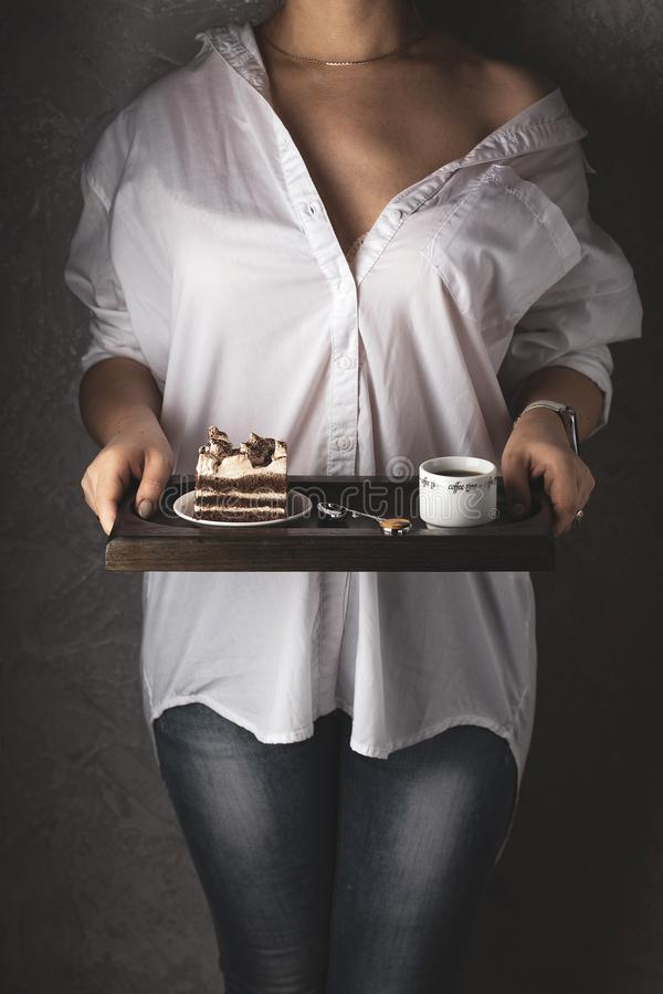 Πρόγευμα με το ισχυρό κέικ καφέ και tiramisu στοκ εικόνες